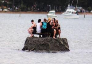 Sahilde alkol yasağını kumdan adayla deldiler 82