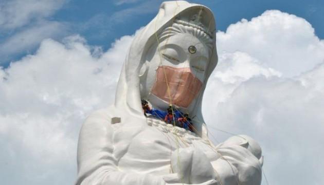 Japonya'daki dev Budist heykeline maske!