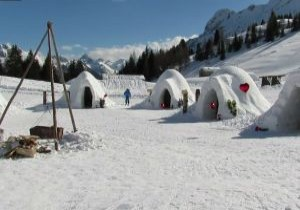 Göçmenler Alp Dağları'nda iglo inşa etti