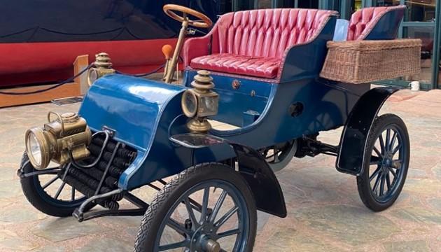 Koleksiyona bir tarihi otomobil daha